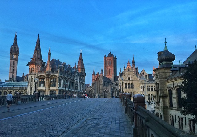 Hora azul en el puente de San Miguel de Gante (Flandes, Bélgica)