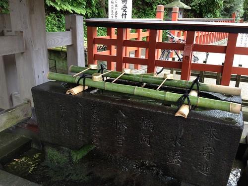 Fuente para purificarse antes de entrar en Tsurugaoka Hachimangu Shrine, en Kamakura