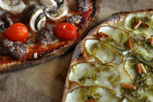 Kartoffelpizza og pizza med oksekød, gorgonzola og svampe