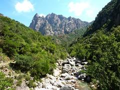 A l'autre extrémité du sentier, le massif d'I Cascioni