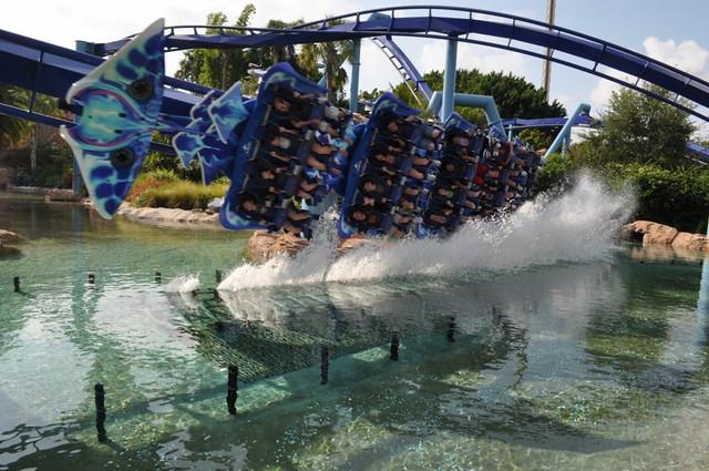 parques de atracciones de Estados Unidos: La atracción Manta del SeaWorld es alucinante, no sólo por la posición en la que se va, sino porque se pasa por medio de inmesos acuarios. parques de atracciones de estados unidos - 9472494719 ce46c7e184 z - Los mejores parques de atracciones de Estados Unidos