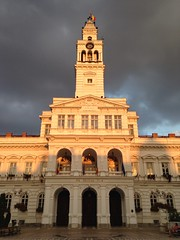 Arad's Town Hall on a cloudy day.