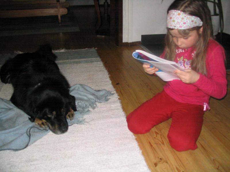 Anniina lukee Emmalle 003
