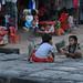 Sras srang niños jugando cartas