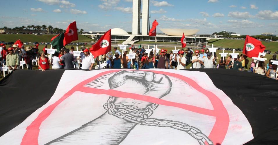 27mai2010---manifestantes-ligados-ao-mst-movimento-do-sem-terra-realizam-protesto-contra-o-trabalho-escravo-colocando-cruzes-em-frente-ao-congresso-nacional-em-brasilia-1336703851434_956x500.jpg
