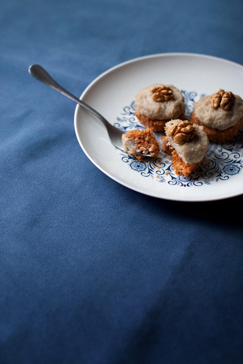 Pastelitos crudiveganos sin almidón de zanahoria con glaseado de anacardos