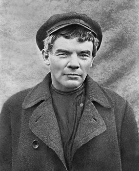 lenin-in-disguise-1916