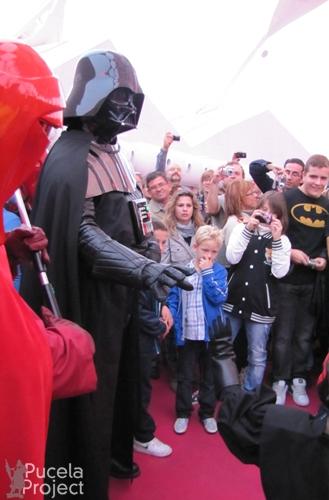 Pequeño Darth Maul midiendo su fuerza con Darth Vader