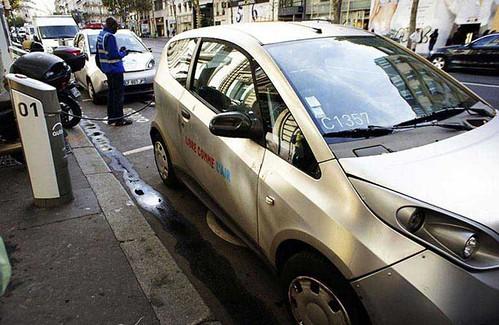 法國推動電動車Autolib租賃服務,讓公路革命漸漸地成為法國能源配比轉型之路的縮影。