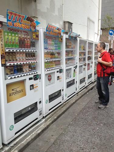 Eligiendo algo que beber. Akihabara, Tokio