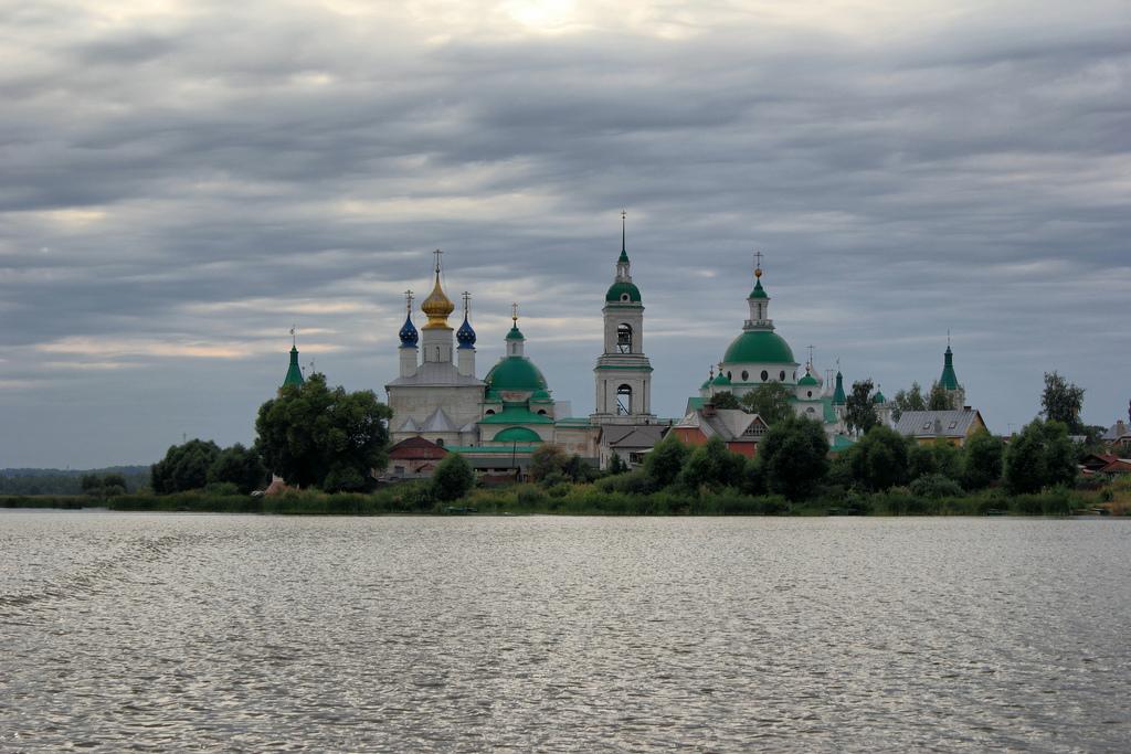 Lago Nero junto a la histórica ciudad de Rostov. Monasterio de Spaso-Yakovlevsky. Autor, Alexxx Malev