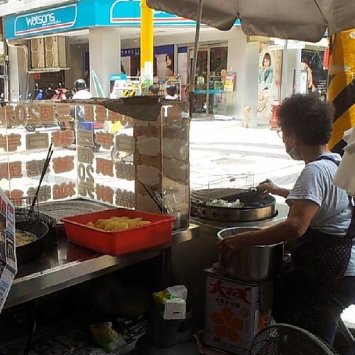 20130804 阿嬤人好好,叫我站在攤子後方等白糖粿,才不會曬到太陽♥