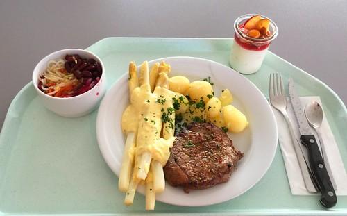 Asaparagus with beef sirloin steak, potatoes & bernaise sauce / Spargel mit Rinderlendensteak, Kartoffel & Sauce Bernaise