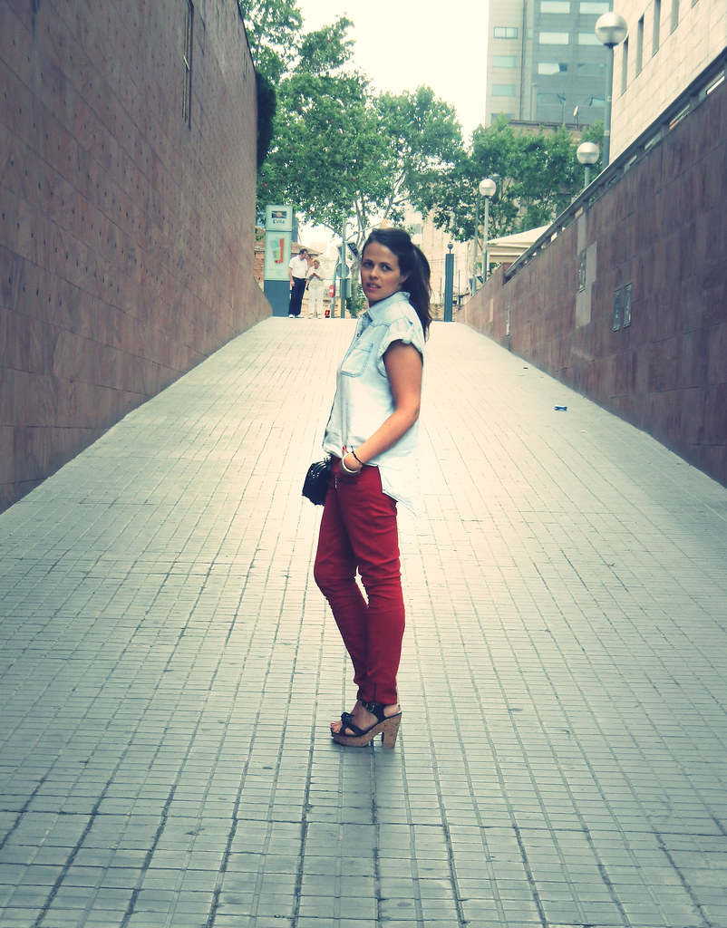 Look pantalones rojos denim