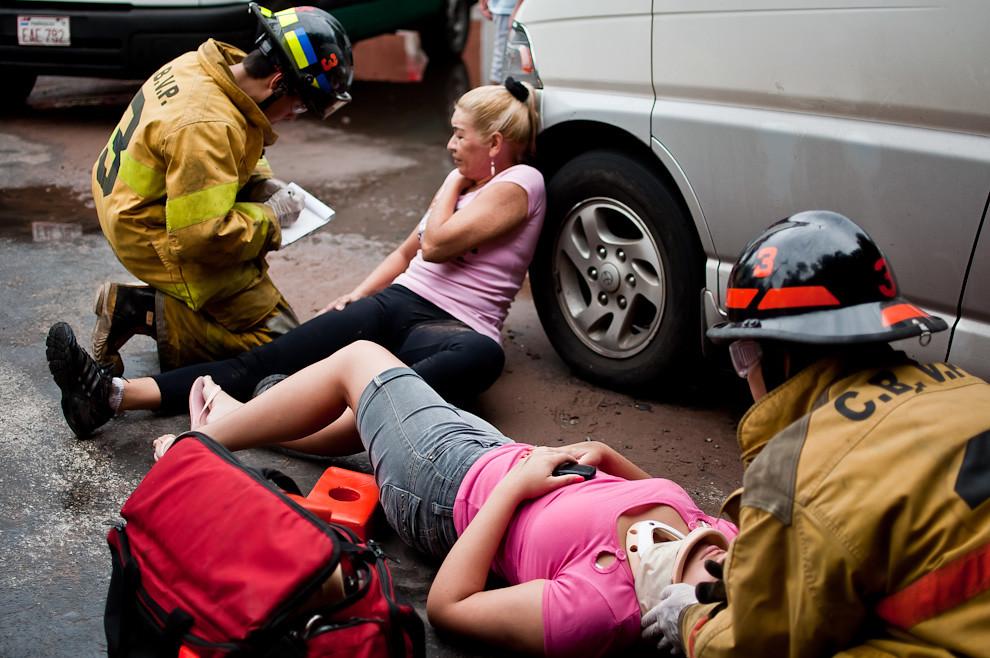 Dos mujeres son asistidas por bomberos de Sajonia en la zona comprendida por las calles Blas Garay y 6ta. de la ciudad de Asunción. Un accidente de tránsito se produjo en esta esquina a raíz de una maniobra brusca realizada por la víctima a bordo de la motocicleta junto con su acompañante. El asfalto resbaloso jugó en contra de esta maniobra y ambas terminaron en el suelo. Los bomberos voluntarios acudieron a la llamada y estabilizaron a las personas hasta que llegó la ambulancia del hospital más próximo. (Elton Núñez)
