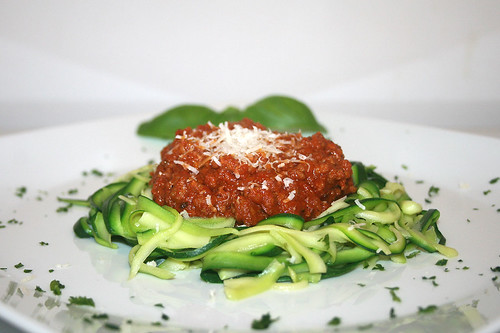 32 - Zucchini-Spaghetti mit Sauce Bolognese / Zucchini spaghetti with sauce bolognese - Seitenansicht