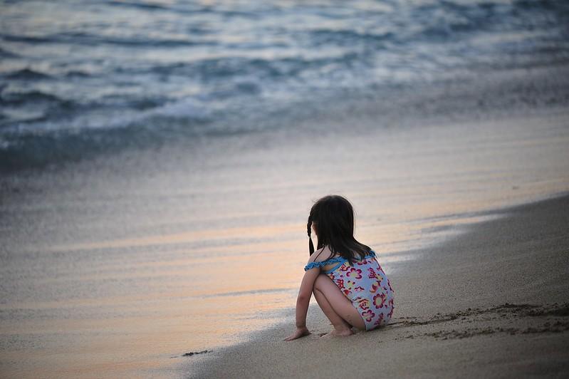 小女孩眺望远方的背影