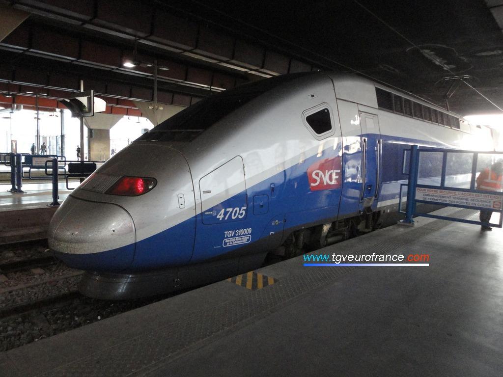 Un TGV Euroduplex (la rame 4705 de la SNCF) prêt au départ en gare de Marseille Saint-Charles