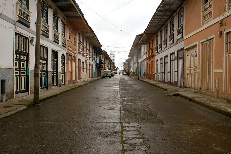 Imagen de una calle con casas típicas en Filandia, Quindio
