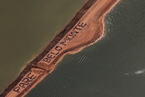 亞馬遜原住民在星谷河沙洲排出「停建美山水庫Pare Belo Monte (Stop Belo Monte)」字樣  2012/6/15,亞馬遜原住民在星谷河沙洲排出「停建美山水庫Pare Belo Monte (Stop Belo Monte)」字樣。照片提供 Atossa Soltani/ Amazon Watch / Spectral Q