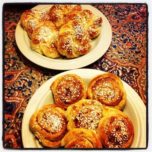 Kvällsfika i köket i Öregrund med nybakta bullar