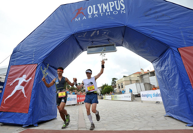 Dawa Sherpa και Sebastien Chaigneau τερματίζουν χέρι-χέρι στον Olympus Marathon 2009