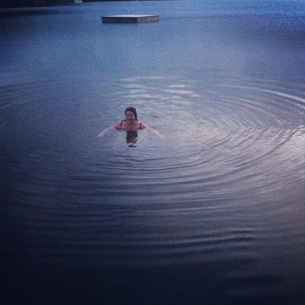 Se baigner dans un lac à la pénombre d'un soir de septembre. #brrr #yay