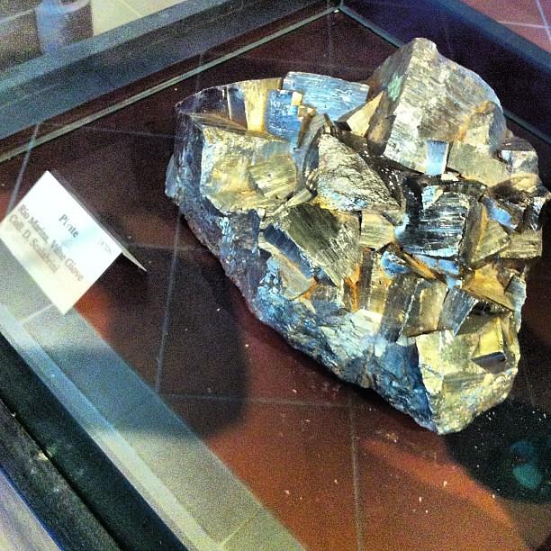 Secondo me la Pirite è il minerale più 'rock' che esiste - non è un gioco di parole. #Elba #scuoladinatura #geniodelbosco