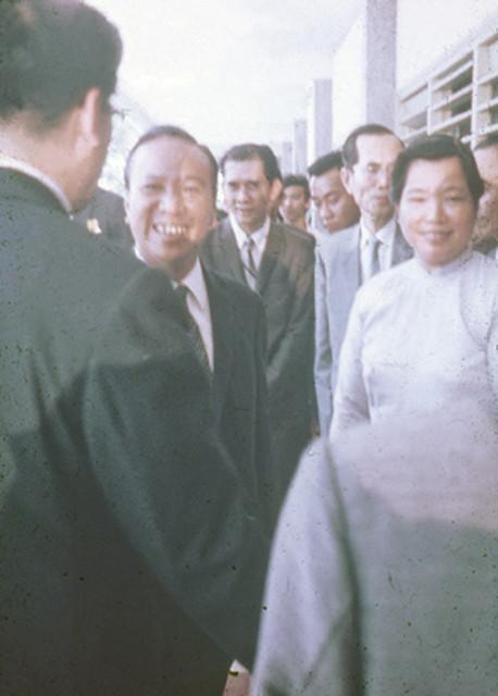 TT Thiệu, bên phải là  TS Phạm Thị Tự, GĐ Trường Công Tác Xã Hội