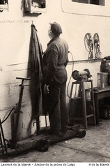 Laurent de la Marck dans son atelier à la police de Liège, devant ses canaris