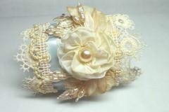 clothing(0.0), jewellery(0.0), flower bouquet(0.0), headpiece(0.0), brooch(0.0), tiara(0.0), flower(1.0), pearl(1.0),
