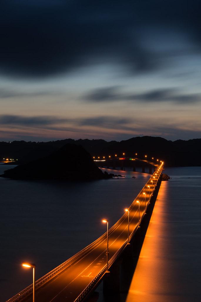 夜の闇に浮かぶとても美しい角島大橋