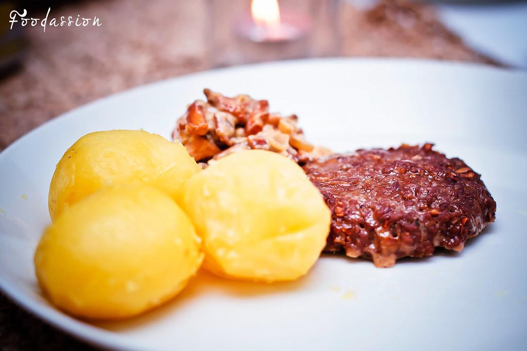 Jauhelihapihvit, kantarellikastike ja perunat