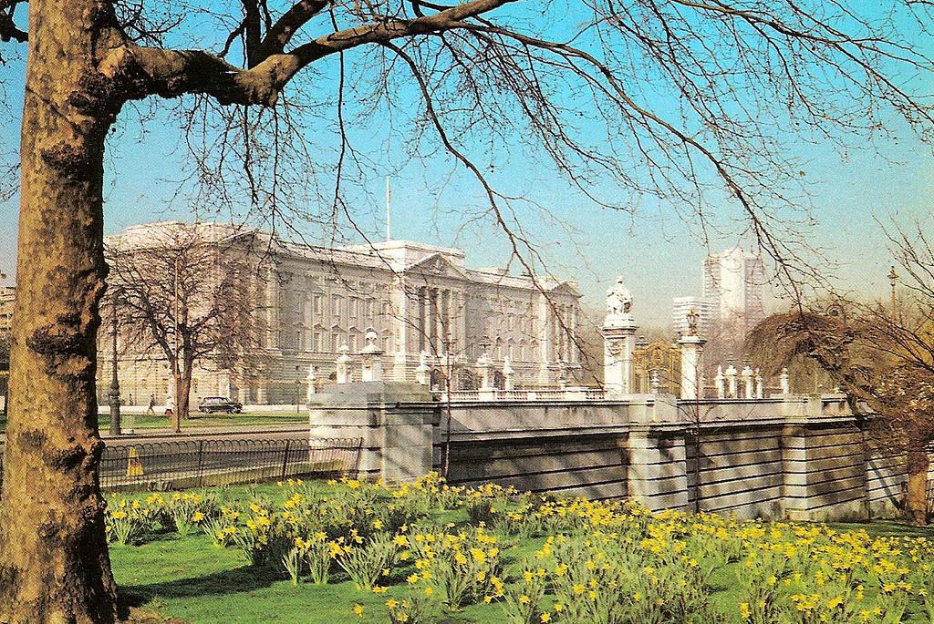 22. Jardines junto al palacio de Buckingham. Autor, Leonard Bentley