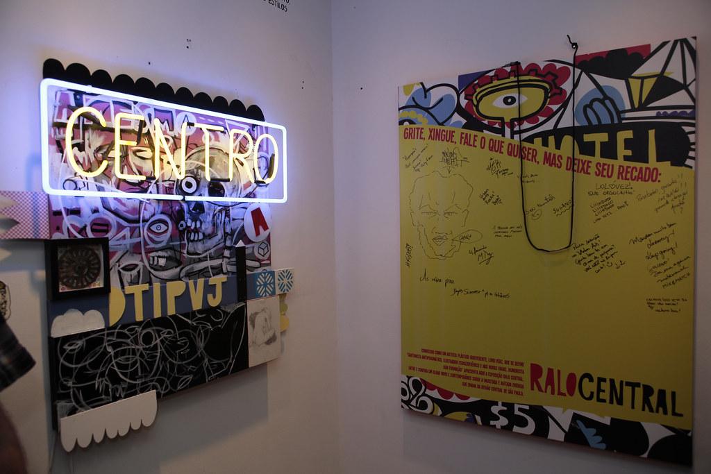 centro (tecnica mista) e mural de recados sobre esposição