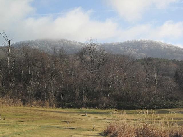 帰ってきた頃には,青空の下に,雪を頂いた苅尾山が見えた.