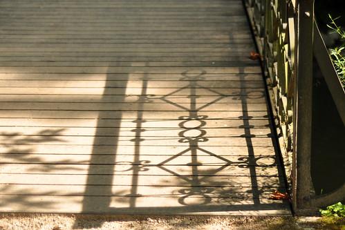 Brücke Brückengeländer schmiedeeisern Licht und Schatten
