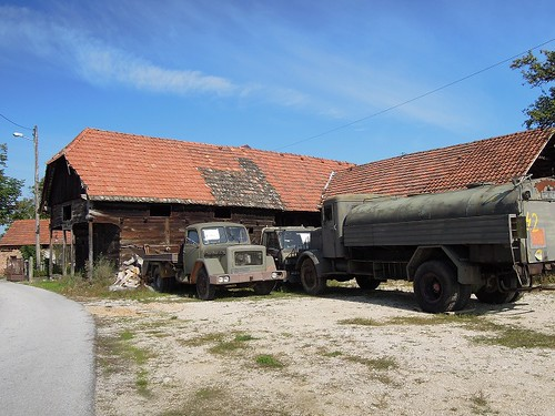納屋とトラック