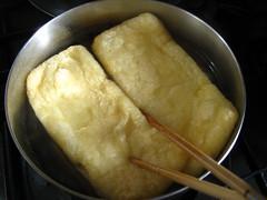油揚げは熱湯にさっとくぐらせて油抜きをします