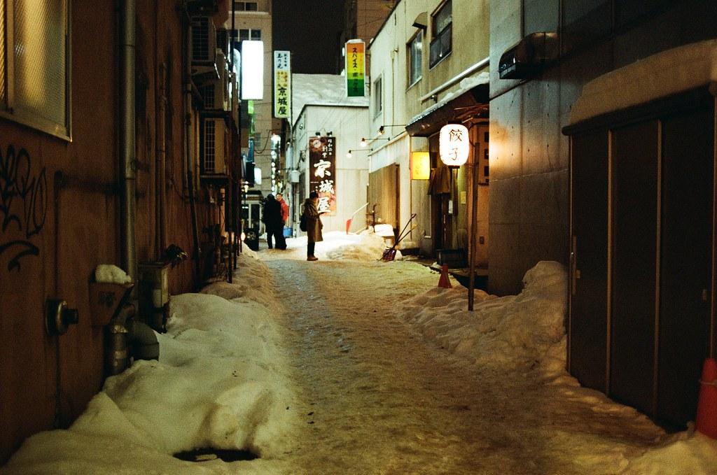 札幌 Sapporo, Japan / Kodak ColorPlus / Nikon FM2 其實我也在看著那間餃子店,但是好像在排隊,我就放棄了!  有點忘記我的札幌有沒有吃到餃子,忘了忘了!  要問誰?  Nikon FM2 Nikon AI AF Nikkor 35mm F/2D Kodak ColorPlus ISO200 8268-0003 2016/02/02 Photo by Toomore