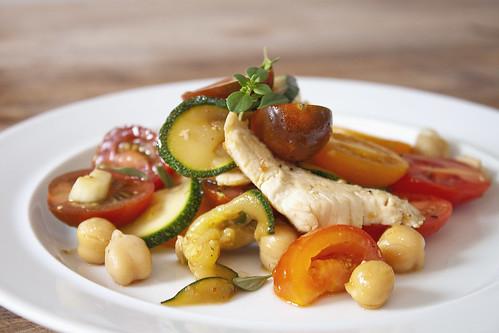 Zuchetti Tomaten Kichererbsen Poulet Salat