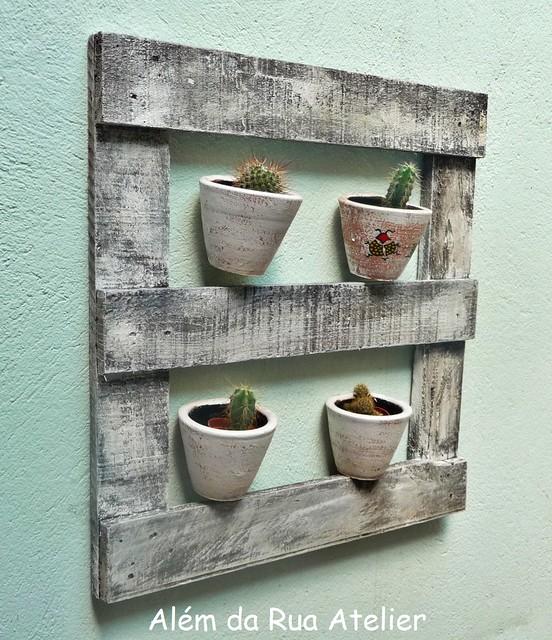Suporte para vasos, feito com madeira reutilizada