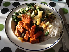 Veggie stir-fry, mihun and 'apple juice tempeh'