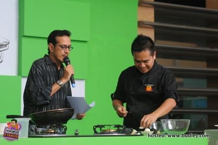 Demo memasak oleh Chef Kamarul di majlis pelancaran BABA'S cu~bits