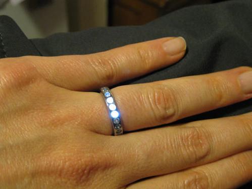 Кольцо с LED-чипами – символ любви инженера