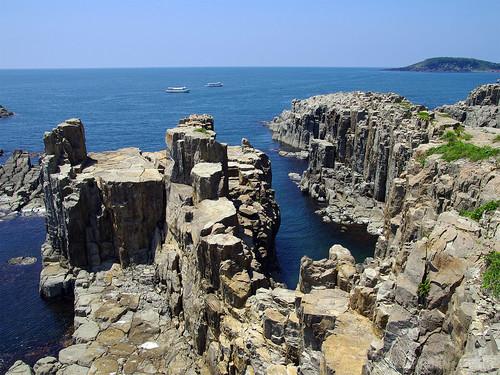 東尋坊と晴れ渡る越前の海 (Tojinbo)