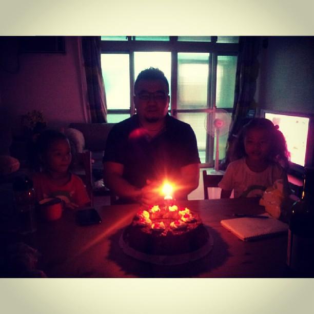 20130810 今天Ponki小館的小聚真的好開心。謝謝siki 碰 老大 凱伊  飛  丸 ,竟然還提前幫戴門過了生日,更驚訝的是還有超驚喜的生日禮物,已哭。