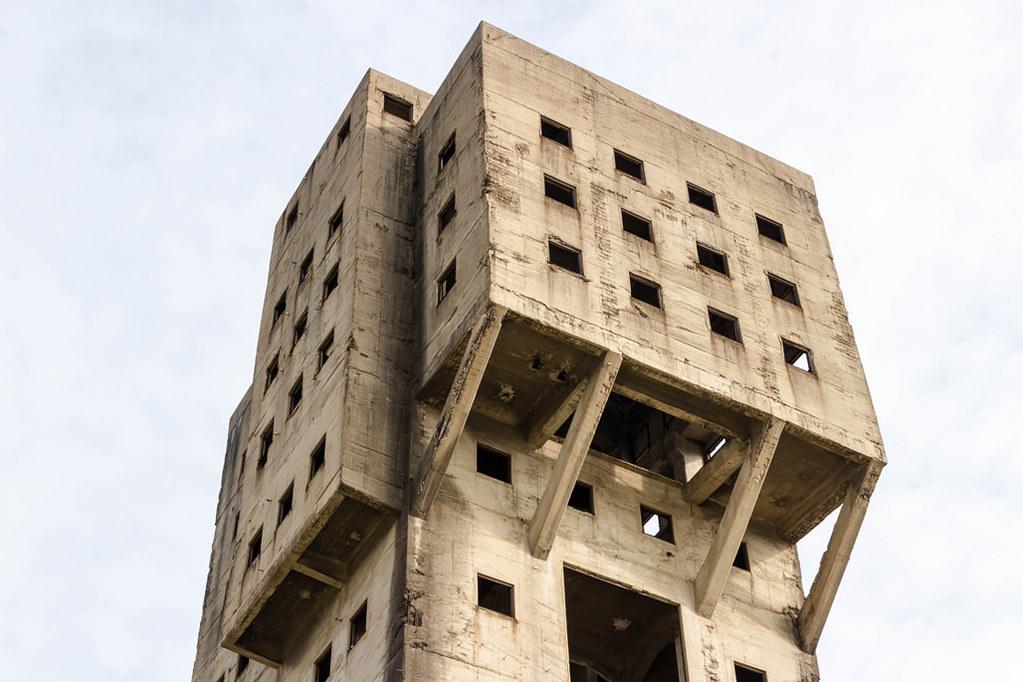 いびつな建物