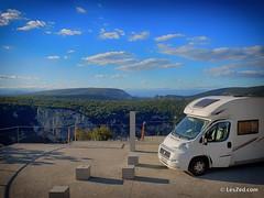 Nous sommes en plein coeur des Gorges de l'Ardèche ! Les paysages sont à couper le souffle 😮, et nous nous arrêtons à chaque belvédère  avec le camping-car !  #campingcar @yescapa #landscape #paysage #landscape_lovers #Ardeche #emerveillesparla