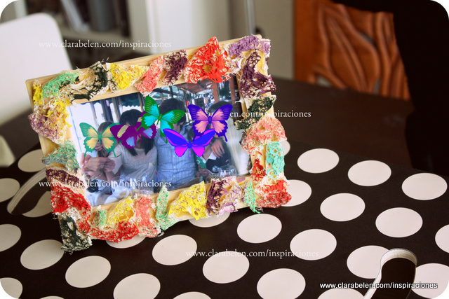 Decorar marco de foto con una esponja de luffa